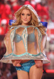 th_09723_fashiongallery_VSShow08_Show-371_122_912lo.jpg