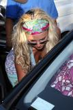 Britney Spears Th_30246_Celebutopia-Britney_Spears_buys_a_parroket_at_Petco_store_in_Hollywood-15_122_949lo